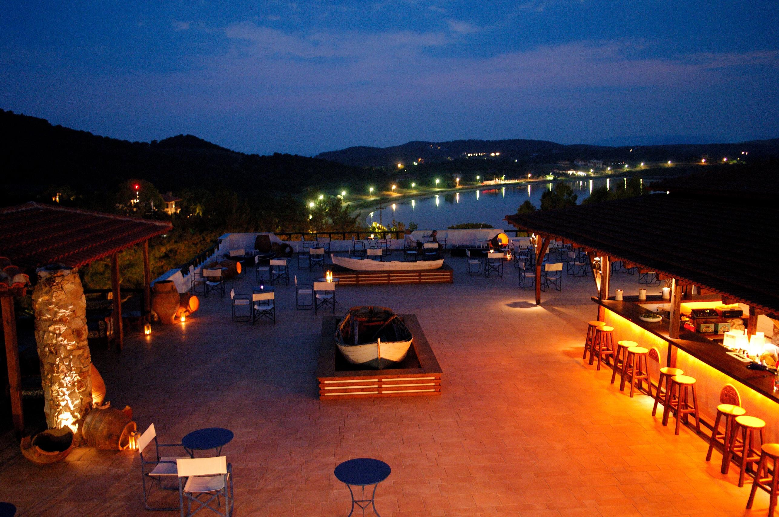 AGIONISSI-RESORT-Bar-at-night